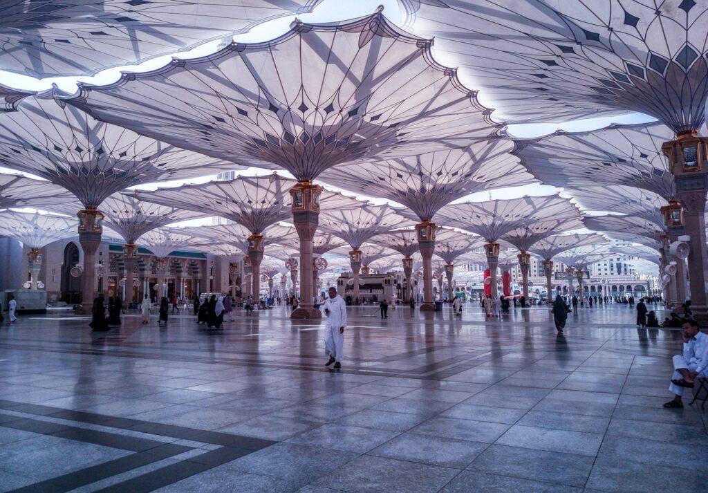 muslim men and women at hajj and umrah